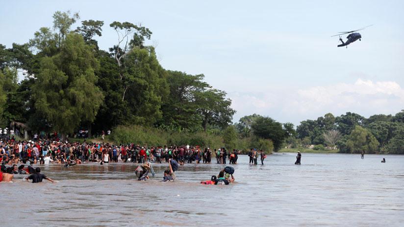 VIDEOS: Un helicóptero trata de evitar que los migrantes crucen de Guatemala hacia México