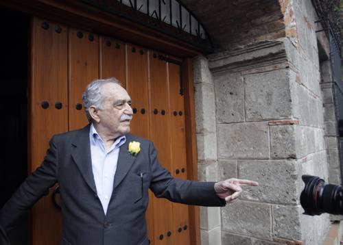 Gabriel García Márquez salió de su casa para escuchar Las Mañanitas que al unísono entonaron reporteros y lectores en el día su cumpleaños.