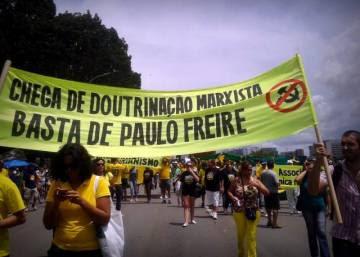Adeptos do Escola sem Partido protestam contra Paulo Freire.