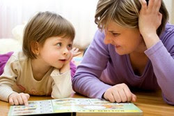 Логопед занимается с ребенком