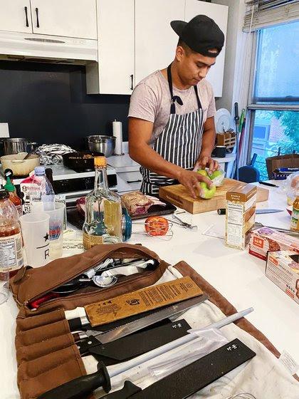 """""""Cocinar es uno de los actos de servicio más personales que se le puede dar a alguien, compartir con alguien"""", dijo Jordan Andino creador de Flip Sigi"""