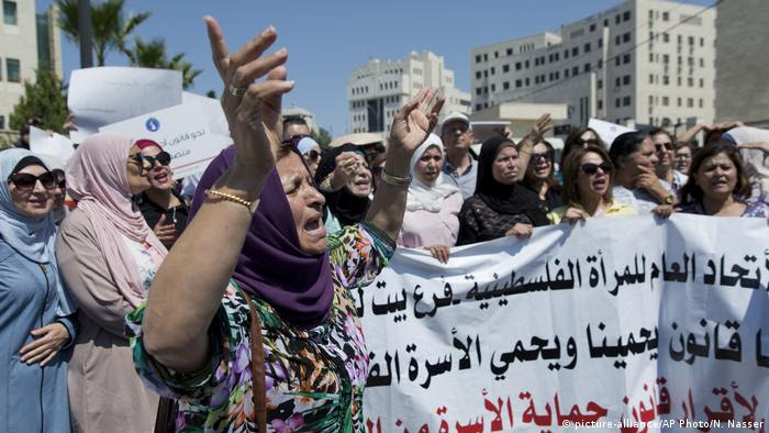 Women in Ramallah protest over the killing of Israa Ghrayeb (picture-alliance/AP Photo/N. Nasser)