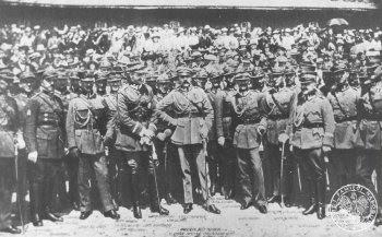 Marszałek Józef Piłsudski wśród oficerów 66. kaszubskiego pułku piechoty w Toruniu, 5 VI 1921 r.; IPN BU 024/86