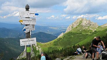 Tatry . Turyści w drodze na jeden z najpopularniejszych szczytów Polskich Tatr jakim jest Giewont.