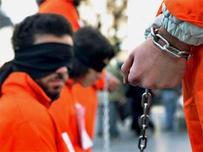 Activistas protestan contra el mantenimiento de la cárcel de Guantánamo.