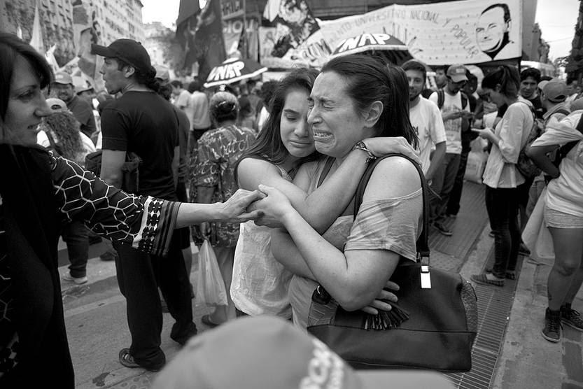 Seguidores del candidato a la presidencia Daniel Scioli, del Frente para la Victoria, luego de conocer los resultados preliminares, ayer, en Buenos Aires. Foto: Martín Di Maggio, EFE