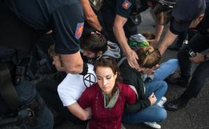 Un momento del corte de la calle Raimundo Fernández Villaverde durante la acción de desobediencia civil del 7 de octubre. Foto: Álvaro Minguito / El Salto