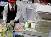 Una mujer hace rollos de sushi en un evento en Tokio, Japón.