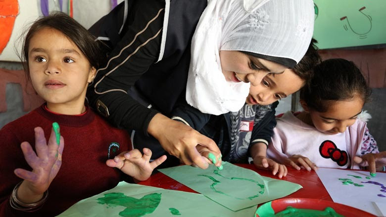 Niños refugiados sirios aprenden a pintar con los dedos. © Banco Mundial