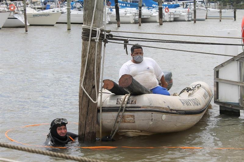 Estacas de atracação submersas são removidas da marina do Clube dos Jangadeiros