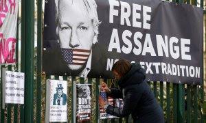 Carteles y pancartas contra la extradición de Julian Assange a EEUU, en la verja de Woolwich Court Court en Londres.