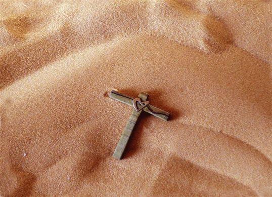 croce-sulla-sabbia-per-sfondo