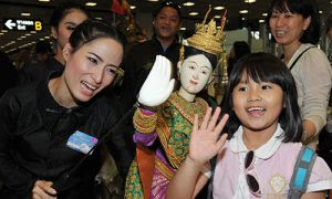 tourists welcomed by thai puppet show-500x300
