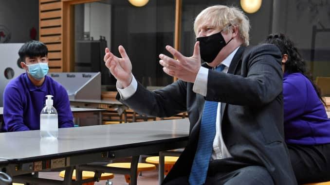 O primeiro ministro Boris Johnson encontra os alunos do 11º ano durante uma visita à Accrington Academy em 25 de fevereiro de 2021 em Lancaster, Inglaterra.  (Foto de Anthony Devlin - WPA Pool / Getty Images)
