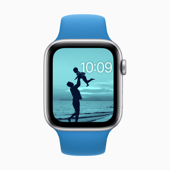 Apple Watch Series 5 螢幕中顯⽰使用了顏⾊濾鏡的「照片」錶⾯。