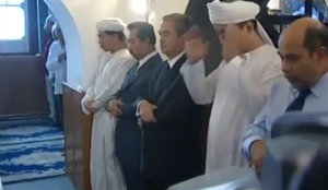 """Old video of Chinese PM visiting mosque goes viral with claim he """"bows before Allah"""" over coronavirus"""