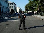 La policía local tuvo que usar sus vehículos como escudos para enfrentar al tirador.