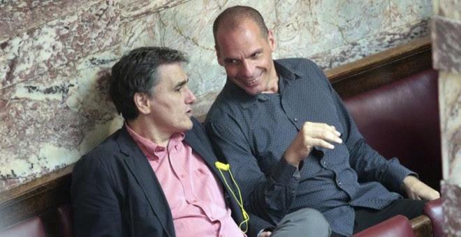 El ministro de Finanzas griego, Euclides Tsakalotos, charla con su predecesor en el cargo, Yanis Varoufakis. / EFE
