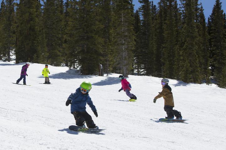 crianças esquiam grátis aspen snowmass
