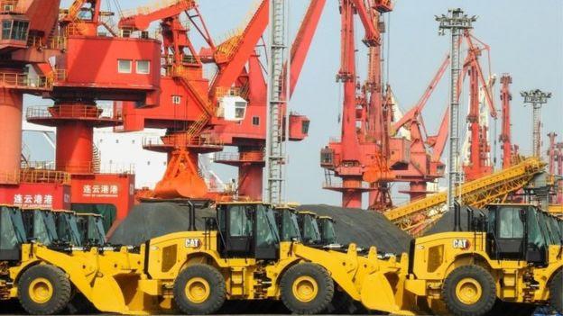 Escavadeiras em porto chinês