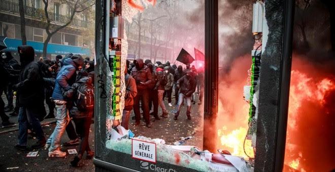 Manifestantes se enfrentan a la policía antidisturbios francesa durante una protesta contra la reforma de las pensiones