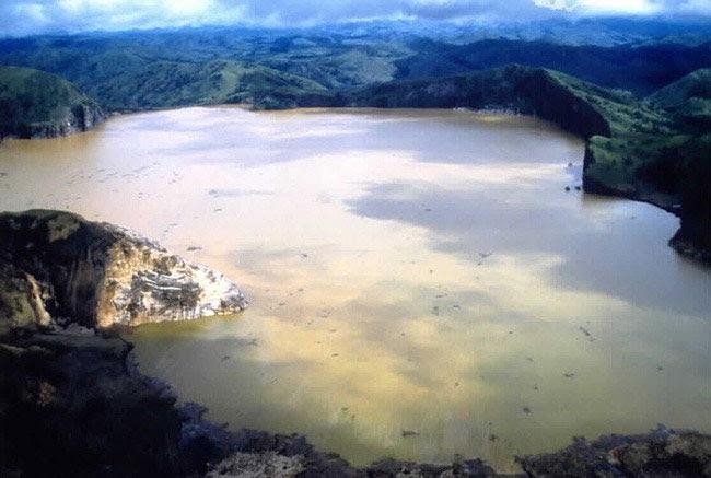 Những hồ nước bùng nổ