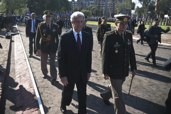 Vázquez y Manini en la celebración del Día del Ejército. Foto: Fernando Ponzettto