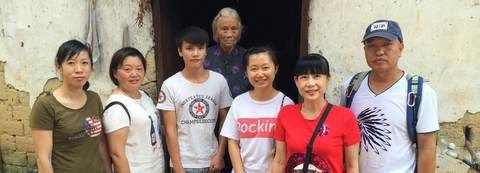 Shi Caizhuan with volunteers