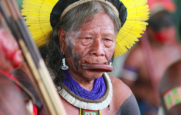 Raoni Metuktire, o famoso líder e ativista Kayapó, que luta pelos direitos indígenas e contra a hidrelétrica de Belo Monte na Amazônia.