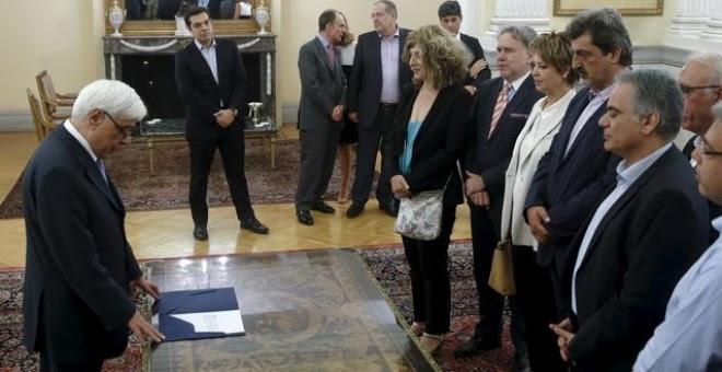 El primer ministro griego Tsipras, durante la ceremonia de la jura de los nuevos ministros de su gobierno en el palacio presidencial de Atenas. /REUTERS