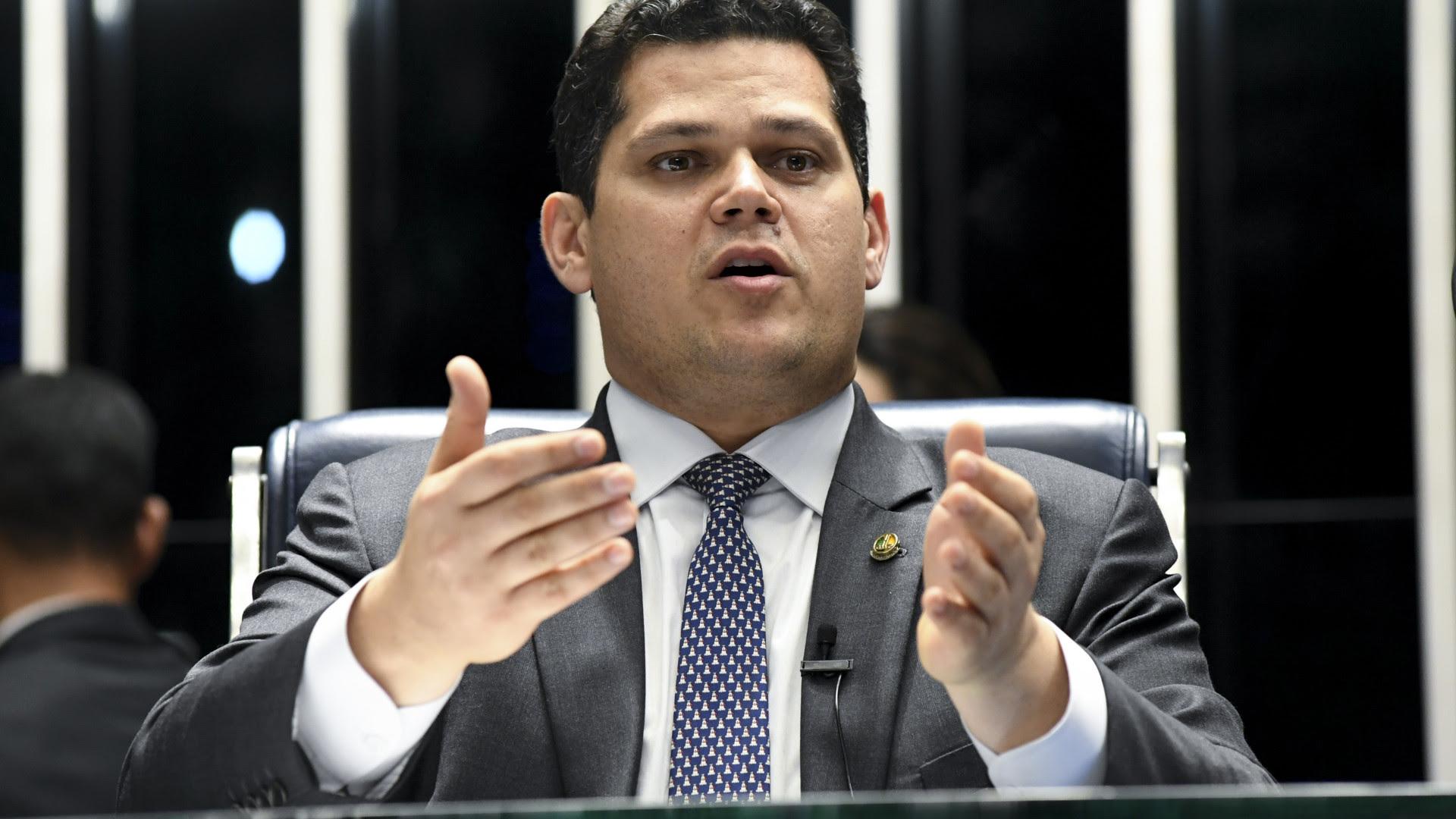 Alcolumbre questiona uso de fundo partidário e eleitoral na saúde