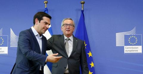 El primer ministro griego, Alexis Tsipras, junto al presidente de la Comisión Europea, Jean-Claude Juncker.- REUTERS