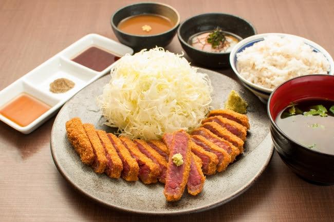 定番を極めた王道。 、 京都勝牛の「牛ロースカツ膳」