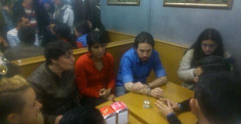 Reunión de los responsable de Podemos en una cafetería con gente de la corrala de 'La Bahía', en Cádiz. /PÚBLICO