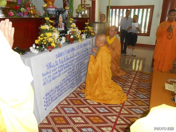 Hoà thượng Viện trưởng Viện Hoá Đạo Thích Như Đạt niêm hương trước linh đài Htr Lê Thị Tuyết Mai – Hình PTTPGQT