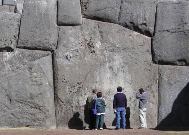 La construcción de Sacsayhuamán sigue siendo un profundo misterio para los investigadores que no han podido entender cómo los pueblos antiguos lograron transportar y colocar estas piedras megalíticas.