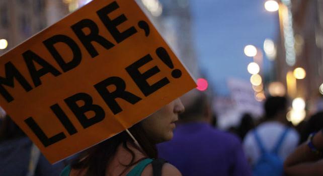 Una manifestante porta una pancarta durante una manifestación contra la nueva reforma de ley del aborto, en Madrid.