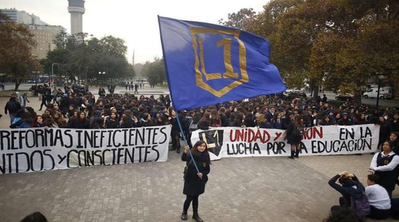 Tras el llamado de la Asamblea Coordinadora de Estudiantes Secundarios (ACES), cientos de estudiantes se concentraron en la Plaza los Héroes en Santiago.