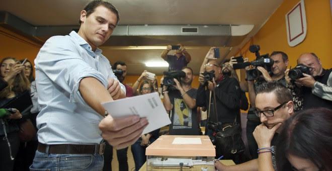 El presidente de Ciudadanos, Albert Rivera, en el momento de depositar su voto en una mesa del Colegio Santa Marta de L'Hospitalet de Llobregat, en las elecciones autonómicas del 27S. EFE/Andreu Dalmau