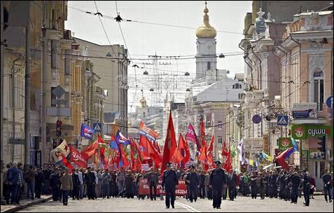 Simpatizantes del Partido Comunista ucraniano participan en un acto de celebración del 'Primero de Mayo' en Kharkiv, Ucrania.
