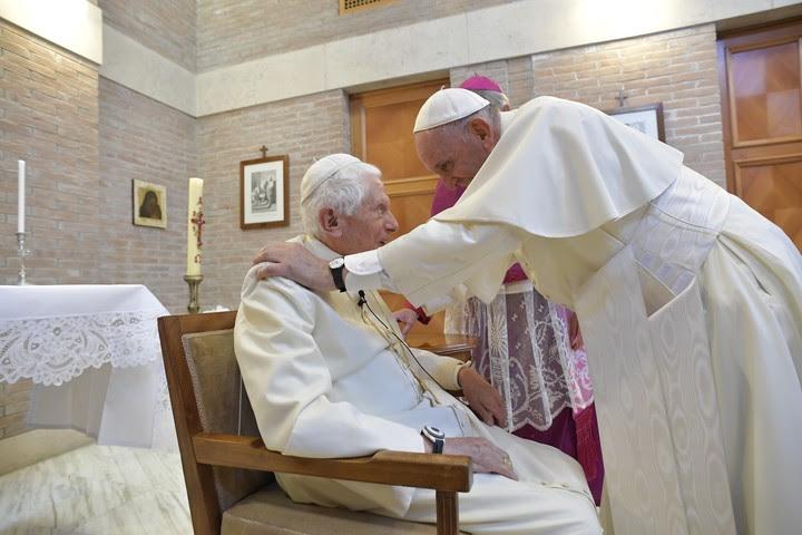 Con Benedicto XVI, L'Osservatore Romano congeniaba totalmente con el estilo de ese pontificado. Pero no con el del papa Francisco (AFP).