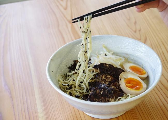 碾茶ほうじ茶が細麺と絡まり、 食感と香りが新しい
