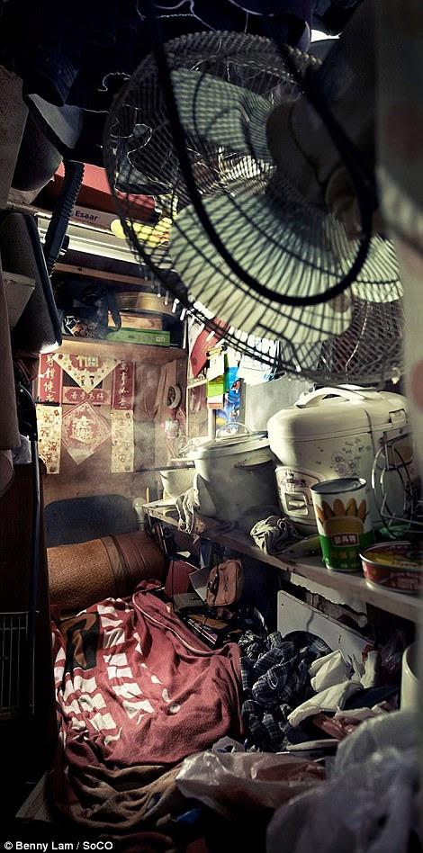 Thực phẩm và một khung cửi nồi cơm điện trên một chiếc giường