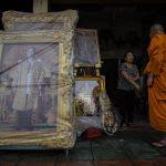 Un moine dans une boutique de Bangkok spécialisée en portrait des monarques du royaume de Thaïlande, le 19 octobre 2016.