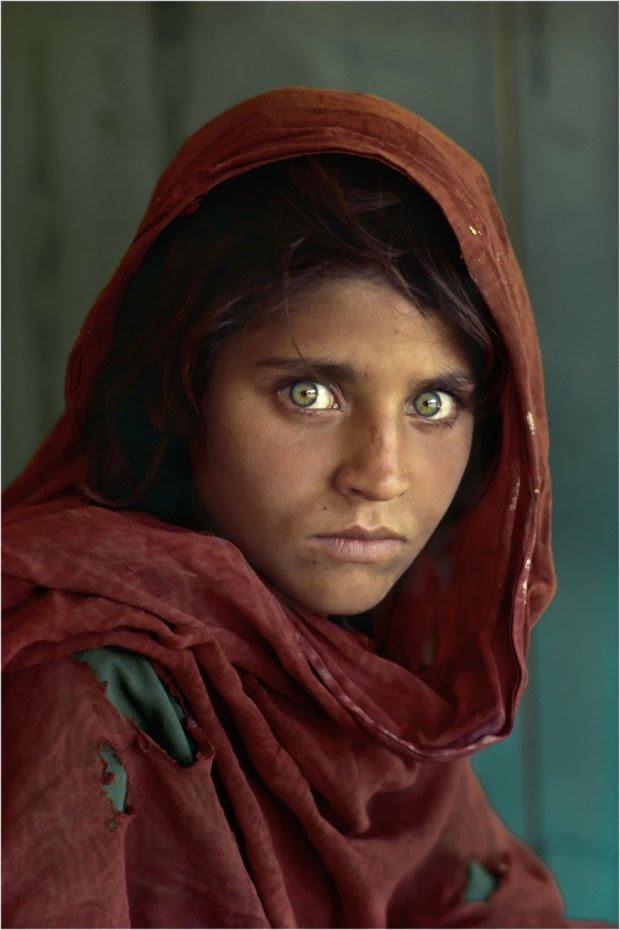 ΑΦΓΑΝΙΣΤΑΝ-1984: Η φωτογραφία του Steve McCurry με το  12χρονο κορίτσι από το Αφγανιστάν έγινε ένα από τα πιο  δημοφιλή εξώφυλλα όλων των εποχών του National Geographic, και σύμβολο για τους πρόσφυγες.