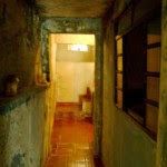 Interior da casa antiga, com patologias e problemas de iluminação natural