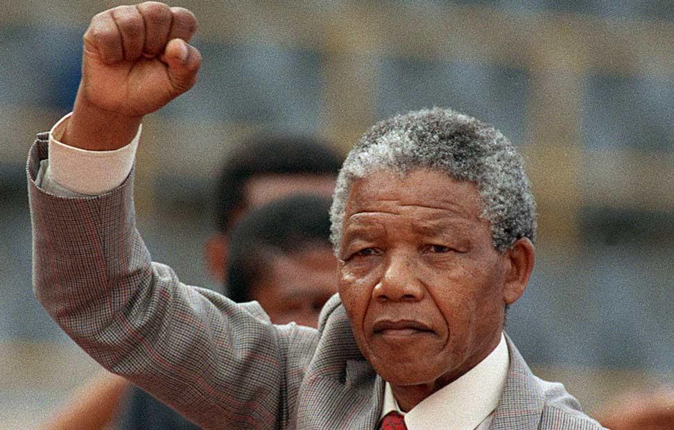Mandela participa en una manifestación, puño en alto, poco después de haber salido de la cárcel, el 25 de febrero de 1990.