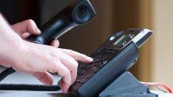 Las diócesis acogen el llamado del Santo Padre a acompañar incluso telefónicamente a quienes están afligidos.