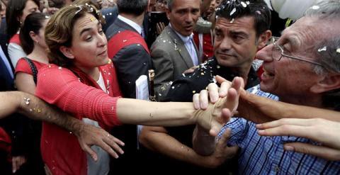 La candidata de Barcelona en Comú, Ada Colau, saluda a sus seguidores en la plaza de Sant Jaume tras ser proclamada primera alcaldesa de la capital catalana, con una mayoría absoluta de 21 de los 41 votos de los concejales que forman el consistorio. /EFE