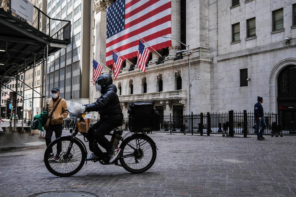 El derrumbe de Wall Street es la expresión inmediata de la pandemia, pero al mismo tiempo el mercado laboral se está hundiendo a velocidad.